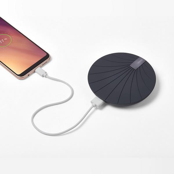 image Une batterie externe 2-en-1 avec charge sans fil intégrée
